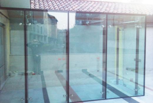 Le porte scorrevoli in vetro sono parte integrante del nostro arredo