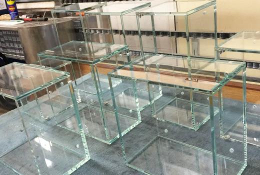 Gli espositori in vetro per negozi di Nova Vetro