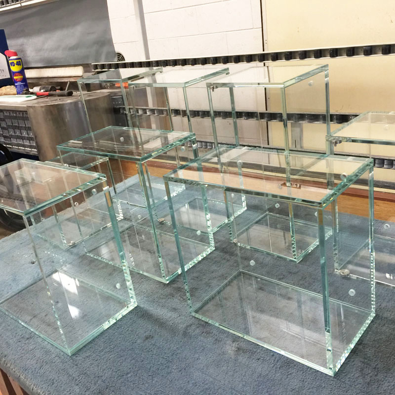 Nova Vetro realizza i vostri espositori in vetro per negozi